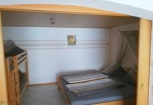 Ferienwohnung Ambiente: Seperates Schlafzimmer mit Doppel- und Etagenbett